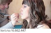 Купить «Нанесение помады на губы девушки во время макияжа», видеоролик № 6662447, снято 31 октября 2014 г. (c) Кекяляйнен Андрей / Фотобанк Лори