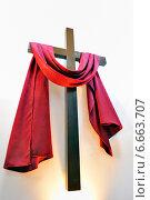 Крест с красной тканью на белом фоне. Стоковое фото, фотограф Iordache Carmen Anne Marie / Фотобанк Лори