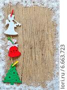 Купить «Новогодние украшения на деревянном фоне», фото № 6663723, снято 18 ноября 2013 г. (c) Iordache Carmen Anne Marie / Фотобанк Лори