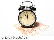 Купить «Часы и российские рубли на белом», эксклюзивное фото № 6666139, снято 14 ноября 2014 г. (c) Яна Королёва / Фотобанк Лори