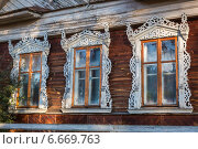 Купить «Окна с резными наличниками, Весьегонск, Тверская область», фото № 6669763, снято 8 октября 2014 г. (c) Марина Круглякова / Фотобанк Лори
