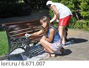 Купить «Студенты на субботнике: две девушки красят парковую скамью», эксклюзивное фото № 6671007, снято 25 августа 2012 г. (c) Анна Мартынова / Фотобанк Лори