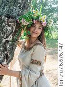 Купить «Девушка в венке около дерева», фото № 6676147, снято 19 февраля 2014 г. (c) Сергей Буторин / Фотобанк Лори