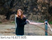 Купить «Задумчивая девочка-подросток стоит возле забора из сетки рабицы», эксклюзивное фото № 6677935, снято 31 октября 2014 г. (c) Игорь Низов / Фотобанк Лори