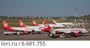 Самолеты немецкой авиакомпании Air Berlin стоят на погрузке в аэропорту Berlin - Tegel (2014 год). Редакционное фото, фотограф Sofya Demskaya / Фотобанк Лори