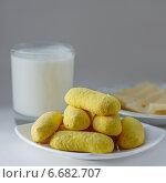Желтое рассыпчатое печенье с кефиром и сыром. Стоковое фото, фотограф Анна Губина / Фотобанк Лори