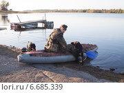 Охотник собирается плыть на охоту с двумя собаками. Стоковое фото, фотограф Мороз Елена / Фотобанк Лори