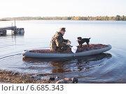 Охотник с собакой в надувной лодке. Стоковое фото, фотограф Мороз Елена / Фотобанк Лори