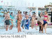 Купить «Кемер, Турция-21 августа 2014 года. Люди на пенной вечеринке на курорте», фото № 6686671, снято 21 августа 2014 г. (c) Володина Ольга / Фотобанк Лори