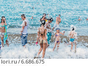 Купить «Туристы на пенной вечеринке в Кемере, Турция», фото № 6686675, снято 21 августа 2014 г. (c) Володина Ольга / Фотобанк Лори