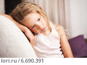 Купить «Sad little girl at home», фото № 6690391, снято 30 августа 2013 г. (c) Гладских Татьяна / Фотобанк Лори