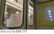 Купить «Метро. Двери открываются.», видеоролик № 6694111, снято 14 сентября 2014 г. (c) Звездочка ясная / Фотобанк Лори