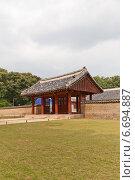 Купить «Входные ворота зала Йоннёнджон (Yeongnyeongjeon, Зал Вечного Покоя) святилища Чонмё в Сеуле, Южная Корея. Объект ЮНЕСКО», фото № 6694887, снято 27 сентября 2014 г. (c) Иван Марчук / Фотобанк Лори