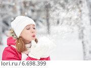 Счастливая девушка радуется снегу на природе зимой. Стоковое фото, фотограф Евгений Атаманенко / Фотобанк Лори
