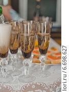 На столе стоят полные бокалы с вином. Стоковое фото, фотограф Алёна Замотаева / Фотобанк Лори