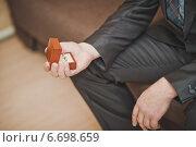 Коробочка со свадебными кольцами в руках мужчины. Стоковое фото, фотограф Алёна Замотаева / Фотобанк Лори