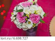 Букет из роз и других цветов на столе. Стоковое фото, фотограф Алёна Замотаева / Фотобанк Лори