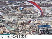 Купить «Полет на параплане над городом Петропавловском-Камчатским», фото № 6699559, снято 21 ноября 2014 г. (c) А. А. Пирагис / Фотобанк Лори