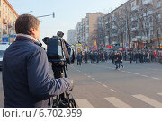 Москва, Россия, 4 ноября, оператор снимает марш российских радикалов (2014 год). Редакционное фото, фотограф Анатолий Хвисюк / Фотобанк Лори