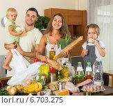 Купить «Cheerful family of four with bags of food», фото № 6703275, снято 17 июля 2018 г. (c) Яков Филимонов / Фотобанк Лори