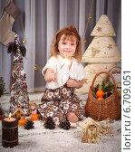 Купить «Симпатичная девочка у новогодней елки», фото № 6709051, снято 16 января 2019 г. (c) Останина Екатерина / Фотобанк Лори
