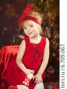 Купить «Симпатичная девочка у новогодней елки», фото № 6709067, снято 14 января 2014 г. (c) Останина Екатерина / Фотобанк Лори