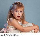 Купить «Эмоции симпатичной девочки на голубом фоне», фото № 6709075, снято 16 января 2019 г. (c) Останина Екатерина / Фотобанк Лори