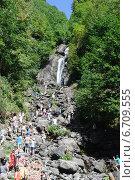 Купить «Абхазия. Молочный водопад рядом с озером Рица. Многолюдно», фото № 6709555, снято 2 сентября 2014 г. (c) Рябков Александр / Фотобанк Лори