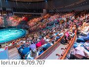 Купить «Люди в Большом московском цирке во время антракта», эксклюзивное фото № 6709707, снято 1 ноября 2014 г. (c) Володина Ольга / Фотобанк Лори