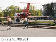 Купить «Мужчины на роликах на ВДНХ», эксклюзивное фото № 6709931, снято 5 мая 2012 г. (c) Алёшина Оксана / Фотобанк Лори