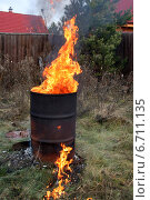 Купить «Сжигание мусора на даче в железной бочке», эксклюзивное фото № 6711135, снято 15 ноября 2014 г. (c) Щеголева Ольга / Фотобанк Лори