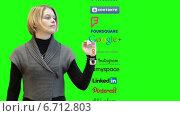 Купить «Красивая девушка листает пиктограммы с социальными сетями, выбирает Instagram. Зеленый хромакей», видеоролик № 6712803, снято 25 ноября 2014 г. (c) Кекяляйнен Андрей / Фотобанк Лори