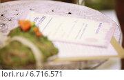 Купить «Молодожены ставят подписи на документе», видеоролик № 6716571, снято 26 ноября 2014 г. (c) Потийко Сергей / Фотобанк Лори