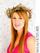 Купить «Красивая девушка в венке из ягод», эксклюзивное фото № 6721455, снято 8 октября 2014 г. (c) Куликова Вероника / Фотобанк Лори