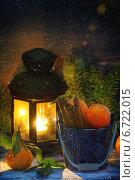 Купить «Деревянное ведро с мандаринами и палочки корицы по деревянном фоне с горящим фонарем, падающим снегом и еловыми веточками», фото № 6722015, снято 13 мая 2013 г. (c) Natasha Breen / Фотобанк Лори