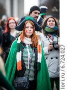 Девушка в треуголке, люди на параде в честь Дня Св. Патрика (2014 год). Редакционное фото, фотограф Андрей Шарашкин / Фотобанк Лори