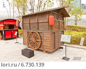 Купить «Традиционный японский передвижной киоск Yatai на выставке в Тондэмун Дизайн Плаза (DDP) в Сеуле, Южная Корея», фото № 6730139, снято 28 сентября 2014 г. (c) Иван Марчук / Фотобанк Лори