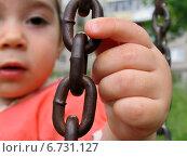 Звенья цепи на качелях в руках маленького ребенка. Малая глубина резкости. Стоковое фото, фотограф Daniela / Фотобанк Лори