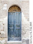 Купить «Старая деревянная голубая дверь», фото № 6732991, снято 28 января 2020 г. (c) Mikhail Starodubov / Фотобанк Лори