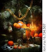 Купить «Ожидание Нового года - плетеная корзина, заполненная ароматными спелыми мандаринами, и бокалы шампанского под пушистыми ветвями ели», фото № 6734507, снято 14 декабря 2018 г. (c) Марина Володько / Фотобанк Лори