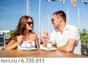 Купить «smiling couple eating dessert at cafe», фото № 6735011, снято 23 июля 2014 г. (c) Syda Productions / Фотобанк Лори