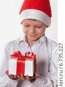Мальчик с новогодним подарком. Стоковое фото, фотограф Сергей Богданов / Фотобанк Лори