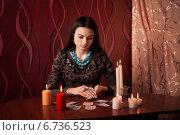 Купить «Young woman with divination cards in room», фото № 6736523, снято 10 января 2014 г. (c) Майя Крученкова / Фотобанк Лори