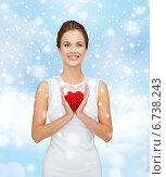 Купить «smiling woman in white dress with red heart», фото № 6738243, снято 1 июня 2014 г. (c) Syda Productions / Фотобанк Лори
