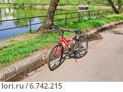 Припаркованный велосипед (2010 год). Редакционное фото, фотограф Алёшина Оксана / Фотобанк Лори
