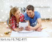 Купить «smiling couple with blueprint at home», фото № 6742411, снято 26 января 2014 г. (c) Syda Productions / Фотобанк Лори
