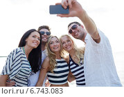 happy friends on beach and taking selfie. Стоковое фото, фотограф Syda Productions / Фотобанк Лори