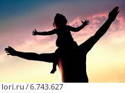 Силуэт мужчины с дочерью на плечах на фоне закатного неба. Стоковое фото, фотограф Светлана Витковская / Фотобанк Лори