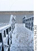 Замерзшая металлическая лестница (2014 год). Стоковое фото, фотограф Инна Остановская / Фотобанк Лори