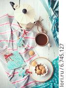Чашка эспрессо, итальянский кофейник и керамические украшения на Рождество. Стоковое фото, фотограф Светлана Витковская / Фотобанк Лори